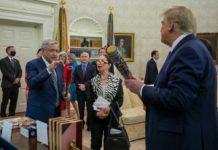 AMLO regala un bate a Trump