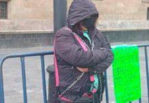 Mujer se encadena frente a Palacio Nacional