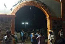 Tiran puerta de panteón en Guerrero