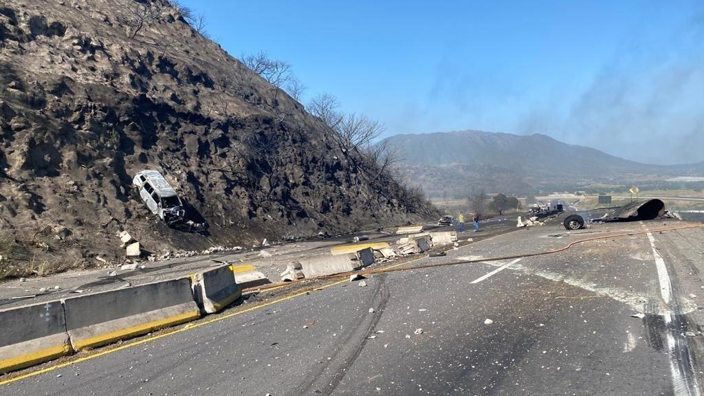 Explota pipa en autopista
