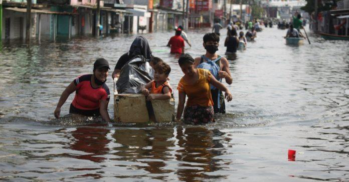 Inundaciones afectan tierra de AMLO