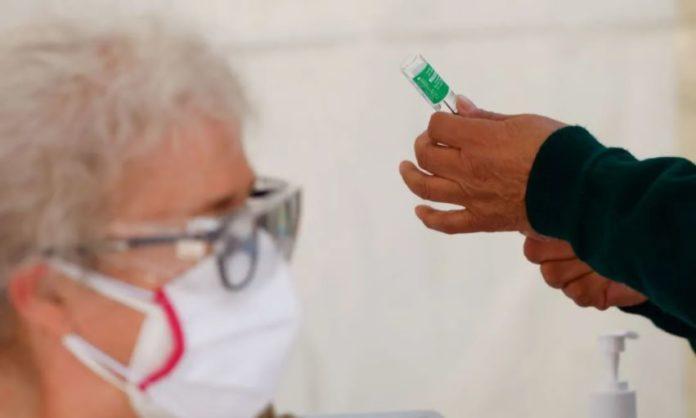 Adultos mayores presentan reacciones tras vacunación